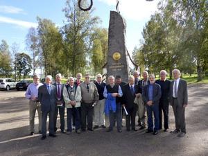 Anders Hellström och Kenneth Hindsberg hade bjudit in till 50-årsjubileet av utryckningen från Skytteplutonen på 2:a kompaniet vid I13 i Falun 1961-62. Hälften av de befäl och befälselever, som finns kvar, deltog. De hade en solig och trevlig återträff. Jan-Ola Nyström guidade runt på Rommehed och i Dalregementets Museer i Rommehed och i Falun. Där fanns även några filmsekvenser att se från plutonens övningar för 50 år sedan. Firandet avslutades med middag på Officersmässen i Falun. På bilden från vänster; Kurt Renström (f Johansson), Hugo Wretskog (plutonchef), Bernt Olsson, Ulf Dyrwoold, Håkon Köhler-Dahllöf, Hans Wiborg, Peter Bjuvberg, Nils Karlsson. Ulf Karlgren, Rolf Johansson, Kenneth Hindsberg, Arne Johnsen, Karl-Erik Blanck, Gunnar Andersson och Anders Hellström.