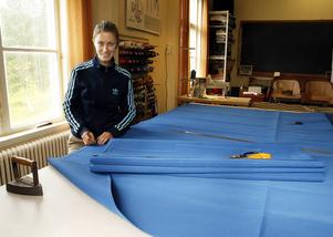 En tapetserare jobbar med många olika saker, här tillverkar Daniela Bauman en markis.
