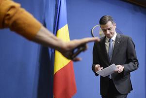 Rumäniens premiärminister Sorin Grindeanu lämnar en presskonferens efter ett krismöte i söndags.
