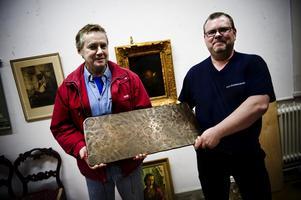 Samlaren Håkan Johansson och Falu stadsauktioners Peter Magnusson tror sig ha hittat världens största falskmynt. Foto:Lars Dafgård
