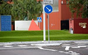 Sjöbergsrondellen har blivit skyltad. I Kvarnsveden i korsningen Fabriksgatan - Kolargatan, intill Sjöberget. Foto: Johnny Fredborg