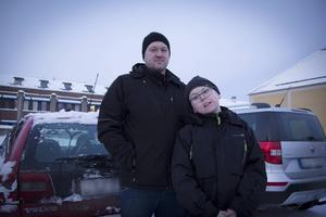 Jan-Olov Örn, här med sonen Elias Örn, tycker att många onödiga olyckor borde kunna undvikas om bilister kollade synen oftare.