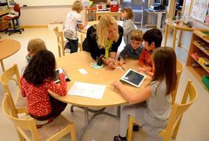 Läsplattor är ett annat verktyg som Ulrika Eriksson använder sig av när hon lär ut saker.