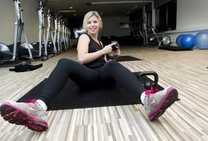 """Ultimata träningen. """"Du tränar både kondition, styrka, balans och rörlighet. Det är den ultimata formen av funktionell träning"""", säger Linda Tiensivu på Gävle Träningscenter om kettlebells. Jag hade planerat att plocka på mig de minsta vikterna, sisådär ett kilo, men det minsta som finns är fyra kilo. Det visar sig inte vara något problem och i vissa övningar behöver jag till och med en sexa. Men de andra, både killar och tjejer, tar tyngre vikter än jag."""