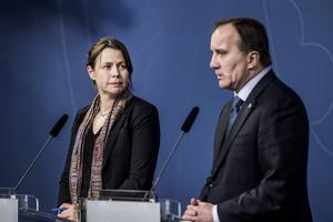 En tårögd Åsa Romson och Stefan Löfven presenterar på en presskonferens den 25 november att reglerna för att få komma in i Sverige skärps ytterligare.