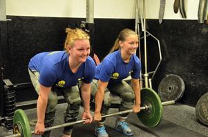 Emma Pettersson, till vänster, och Emma Johansson tävlar i styrkelyft och är bland de bästa i världen i sina klasser. Foto: Emilie Pless