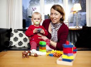 Amanda, 14 månader, trivs i Susanne Carlssons sällskap. Susanne har nyss startat ett företag med fokus på omtanke och insett att det är tufft i början när man startar upp en verksamhet.