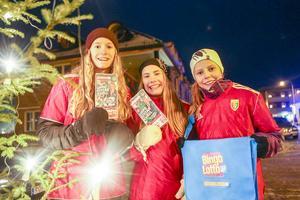 Svegs IK sålde bingolotter, här är det Natalie Odén, Ebba Proos och Michelle Ekelund som jobbar för att få ihop pengar till nästa års Storsjöcup.