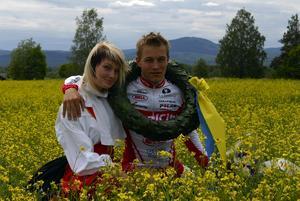 Segrarens lön. Solleröloppets vinnare Petter Renäng tillsammans med kranskullan Ida Erkers i det gröna, eller rättare sagt i det gula.