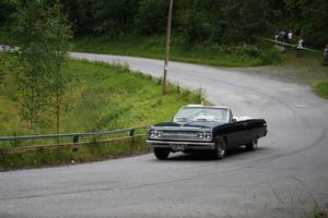 En av bilarna på väg uppför backen, med sikte på målet.