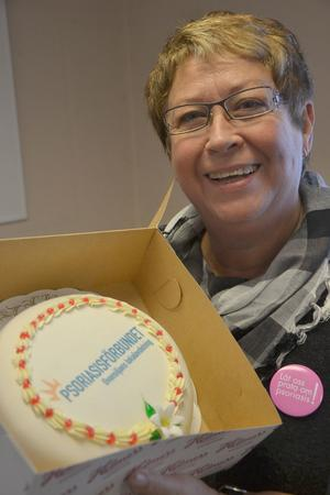 Anne-Marie Eriksson, ordförande i Psoriasisförbundets lokalavdelning Ovansiljan, bjöd Mora lasaretts hudmottagning på tårta med anledningen av Internationella psoriasisdagen.
