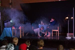 Förskoleklasser fick via barnteater lära sig vad man ska göra om det börjar brinna.