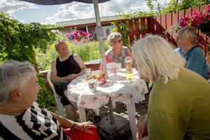 Det blir många gemensamma fikapauser. Hans och Birgitta Bäckius, Eivor Svensson, Yvonne Strandberg och Monika Kernell tar det lugnt i eftermiddagssolen.