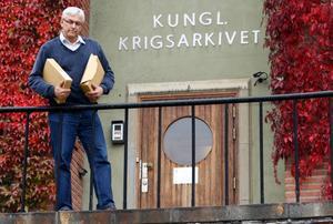 Bbl/AT:s Ulf Eneroth utanför Krigsarkivet, där han hittade sensationella uppgifter om flygtragedin i Vikbo - 50 år senare.