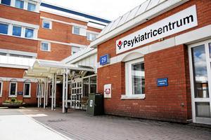 Politikerna räknar med patienterna får vänta längre på att komma till läkare inom psykiatrin när stafettläkarna ska börja fasas ut efter sommaren.