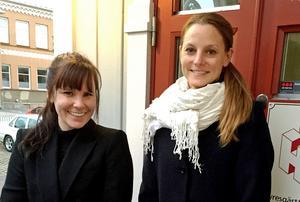 Frida Johansson Drugge och Johanna Lindström gläds åt att bristerna på Källgatan nu ska åtgärdas.