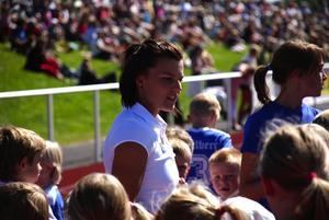 Popluär. Efter invigningsloppet ville många krama idolen Jenny Kallur Foto:Christian Larsen