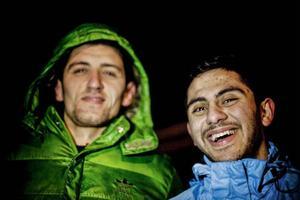 En vinterkväll i Grytan. Glädjen, skratten, värmen. Till höger Yahia Khaddam.