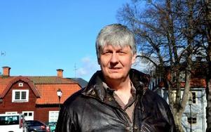 Ulf Hansson berättar att Hedemora kommer att tappa cirka 50 invånare även nästa år, enligt prognosen. Men det är ändå ett bättre resultat än tidigare. Foto: Berit Zöllner/DT