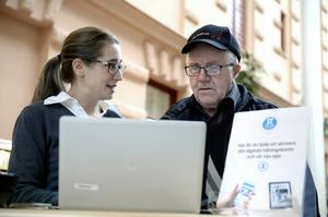 Redaktionschefen Karin Näslund pratar inloggning och digitalt med Rune Eriksson från Västbo i Nolby.