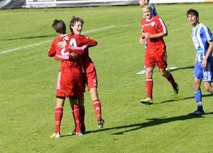 Faluns Carl Villwock omfamnas av William Grenholm efter sitt 3–0-mål mot Avesta.