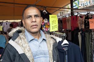Klädförsäljaren Hossain Monir har börjat titta så smått efter vad ett nytt kassaregister skulle kosta.