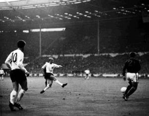 Charlton gör mål mot Portugal i VM-semifinalen på Wembley 1966.
