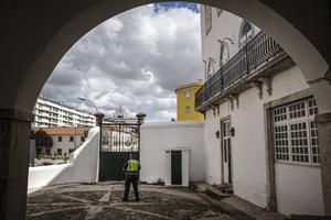 På flyktingboendet har man en patrullerande polis på innergården, trots att det inte behövs. Catarina Gouveia Homem säger att de i början var oroliga att högerextremister skulle attackera boendet, men det har aldrig hänt något.