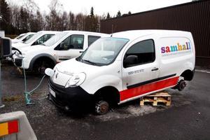 Tre bilar på Samhalls parkering har fått däcken stulna.