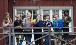 Smakpanelen, bestående av bland andra sju barn, har i ett blindtest smaktestat och bedömt tio av 2016 års glassnyheter.   Foto: Henrik Montgomery/TT