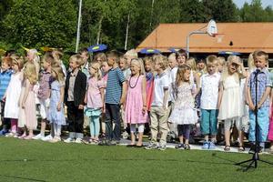 Första skolavslutningen på Lövängsskolan, Barkarö, bjöd på sång och sol.