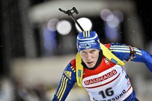 Björn Ferry åkte ifrån Martin Fourcade på spurtvarvet och vann söndagens masstart i skidskyttets världscup.