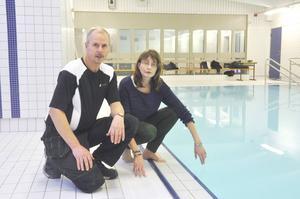Drifttekniker Gunnar Bergström och fritidsintendent Gunilla Ström vid poolkanten.