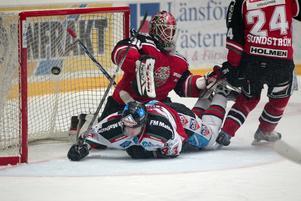 Res dig, du är i slutspel. Anders nilsson tar stryk medan Mikael Simons skickar in 1-0 till Mora. Foto: Elin Lundholm/Scanpix