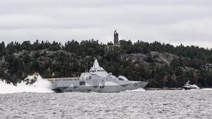 Älvsnabbenmonumentet nära Muskö ritades av Conrad Carlman och invigdes 1930. Det var då 300 år sedan Gustav II Adolf och den svenska flottan gav sig av härifrån mot Tyskland och det 30-åriga kriget. Bilden är från hösten 2014 när den nutida svenska flottan letade inkräktare i den svenska skärgården.