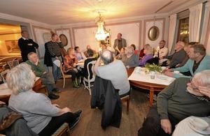 Frågestund. Per-Olof Thulin (M) och Per Eriksson (S) svarar på frågor om ett framtida badhus i Askersund på Badhusföreningens möte.