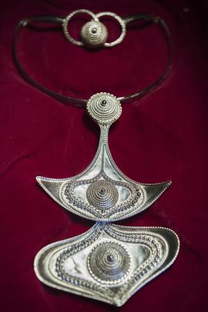 Många av Rosas smycken är inspirerade av farfars yxa.