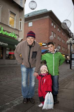 """George Gharibeh, 49 år från Frösön, var ute och gick med Flora Gharibeh, 1 år, och Noel Gharibeh, 8 år, på Gågatan när ÖP träffade dem.""""Ja jag tycker att det är jättebra för barnens skull, vi behöver våra barn"""", säger George.• Så du tycker inte att det blir orättvist för dem som är under 40 som inte har barn?""""Nej, i så fall får de skaffa barn"""", säger George och skrattar."""