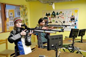 Träffsäkra systrar. Ebbah och Ida Hedberg deltog båda i helgens tävling i stående luftgevärsskytte.