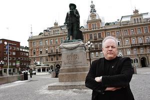 Leif Nilsson (S) tycker att det är synd att M, KD och SD tar bort bidrag som ska hjälpa de med lägre inkomster att få ett drägligt boende.