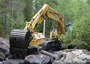 Sakta har grävskopan med Johan Alexandersson i hytten arbetat sig fram i Håjensån och lag tillbaka de stenar som en gång flyttades för flottningens skull.