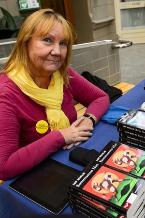 Monica Gullman från Akademibokhandeln Vängåvan säljer deckare.