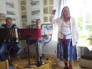 Karin Sjödin stämde upp till spontan allsång under det att Anders och Göran spelade Stig Olins En gång jag seglar i hamn.