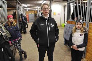 Susanna Sjöberg-Simonsson – flankerad av dotterns Ronja och Molly Grattide – är mycket irriterad och förbannad över att man vid upprepade tillfällen haft påhälsning av tjuvar.