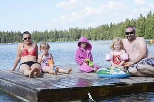 Inger, Tyra och Matilda Eklund och Lova-Li och Magnus Condén njuter i fulla drag på en flotte i Bynäsets frihamn.