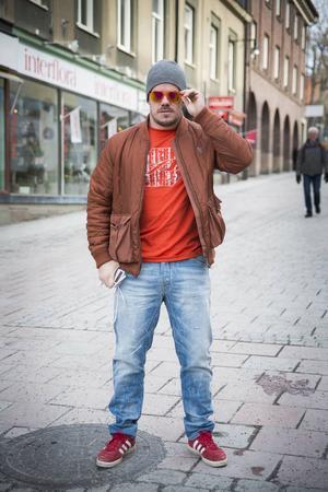Jag gillar lite retrostil med enkla baskläder med en doft av 50- 60-tals stil. Jackan jag har på mig är en modern version av 70-tal. Mina skor är en mockasko knutet till sent 80-tal. Jeansen ska sitta hyffsat tight och gärna vara lite slitna. Solbrillorna tycker jag om, de är en lite coolare variant av pilotbrillor. Min klädstil inspireras av Starsky & Hutch.    Pelle Zackrisson, Östersund