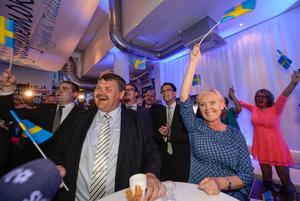 Sverigedemokraterna jublar med svenska vimplar med partiledare Jimmie Åkesson flankerad av kandidaterna Peter Lindgren och Kristina Winberg på EU-valvakan för Sverigedemokraterna i Stockholm på söndagen. Foto Bertil Ericson / TT