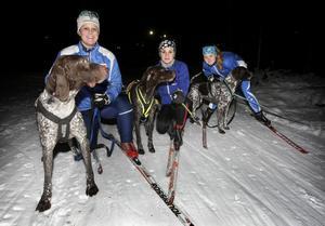 Här gör sig IFK Grängesbergs tre ungdomar inom draghundsporten redo att ge sig ut på ett träningspass med sina vorstehhannar. Tjejerna är från vänster: Jennie Karlsson, Isabelle Ramström och Emma Nykänen.