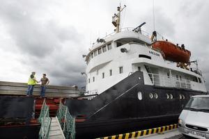 Det är en och en halv mil från Gävle hamn in till stan. Sjömännen behöver hjälp med olika saker och Lars-Åke Skog  åker mest varje dag ut till hamnen för att möta besättningarna på nyanlända fartyg.