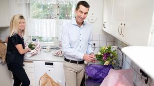 Micael Bydén väntade med att packa upp alla blommor tills hans fru Anita Carlman kommit hem för att hon är bättre på att skära till dem så att de står sig länge.